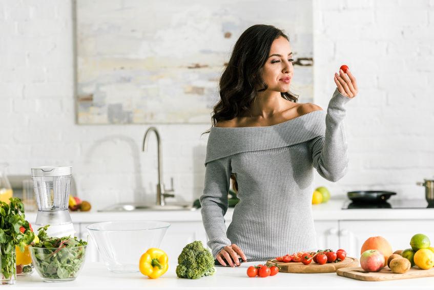 menina cozinha saudável