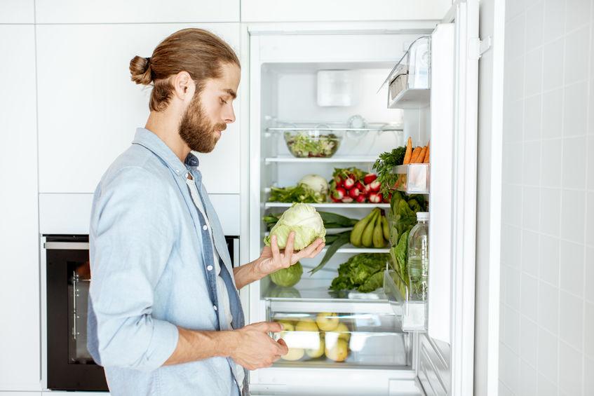 homem escolhendo legumes