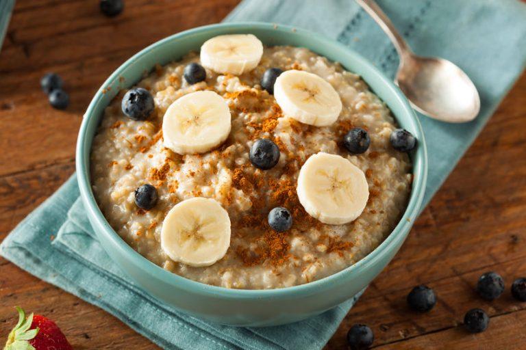iogurte com banana, granola e frutas vermelhas