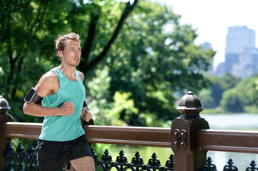 homem correndo em um parque