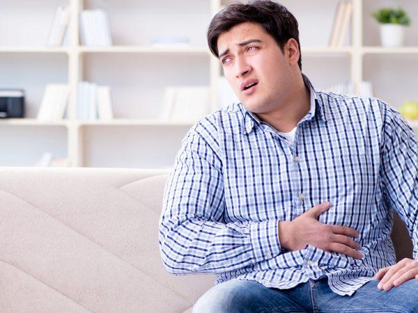 homem com dor de estômago