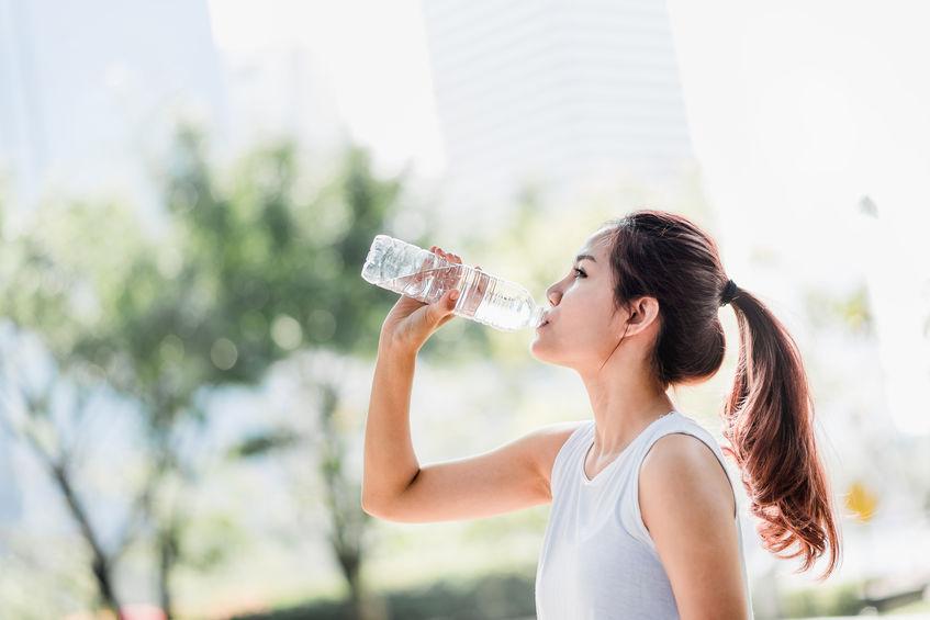 menina bebendo água