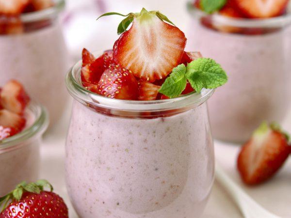 iogurte com morangos e granola