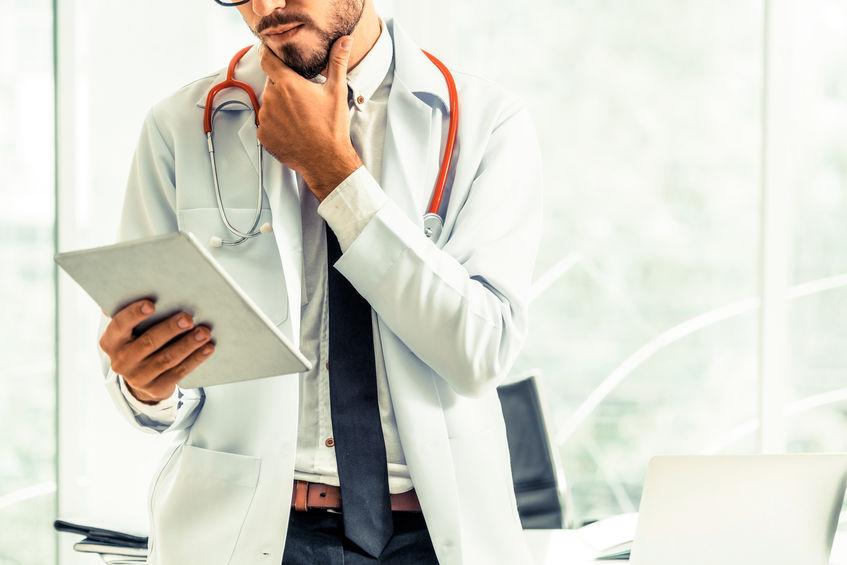 médico analisando resultados de teste
