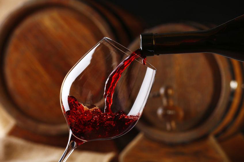 vino rojo siendo servido