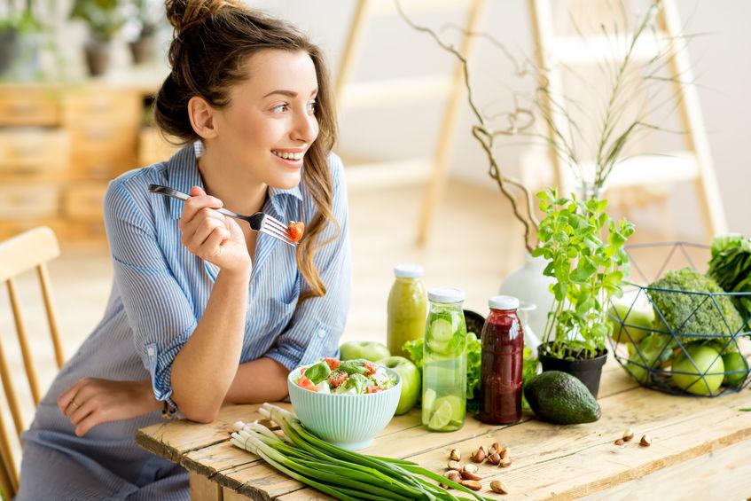 menina comendo saladas saudáveis