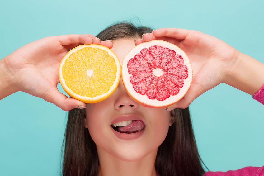 menina com citros