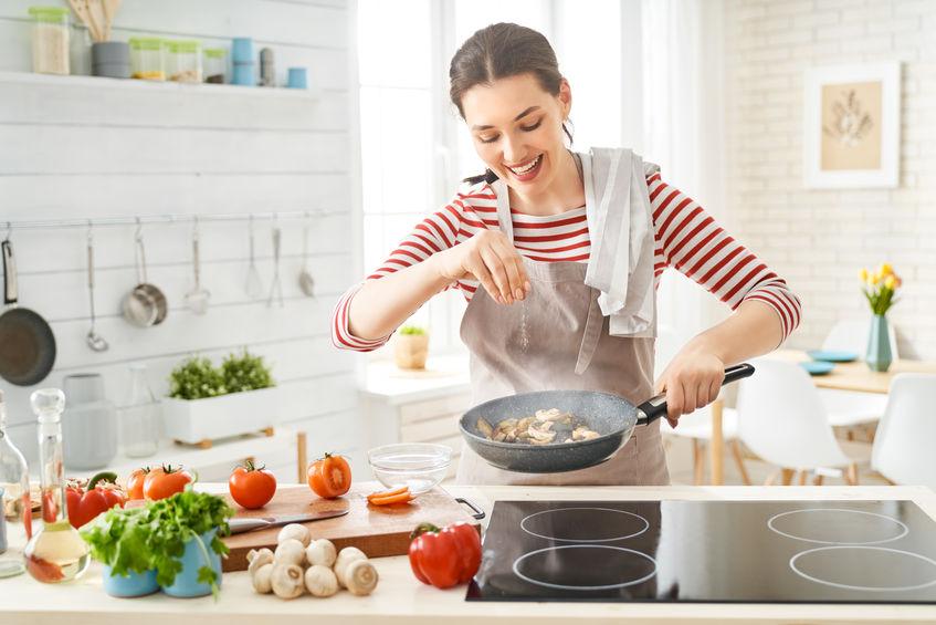 garota cozinhando algo saudável