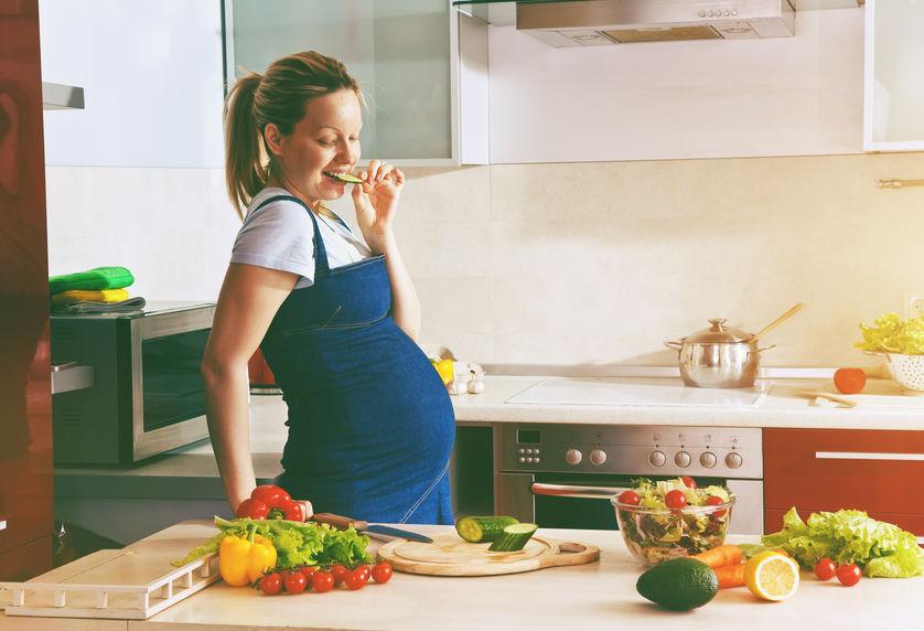 menina grávida na cozinha