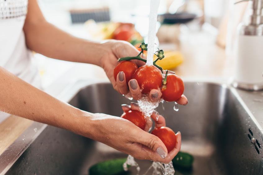 lavando os tomates