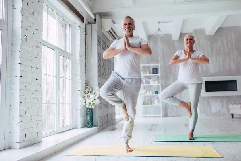 pessoas mais velhas fazendo yoga