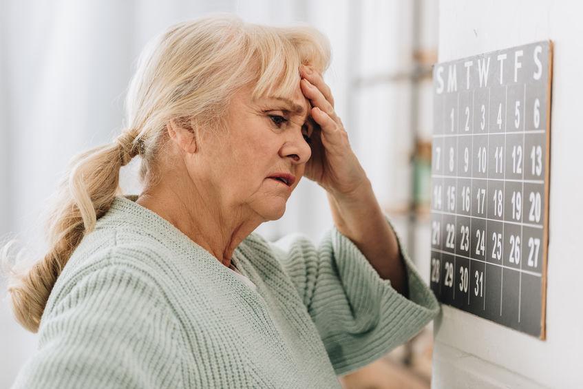 pessoa idosa com dor de cabeça