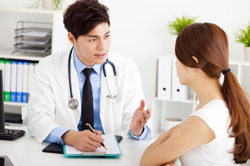menina em consulta médica