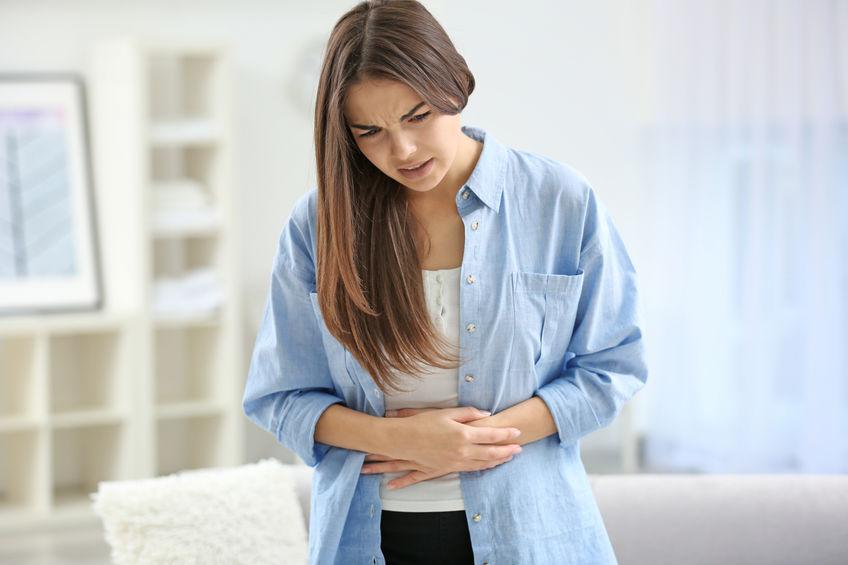 menina com dor abdominal