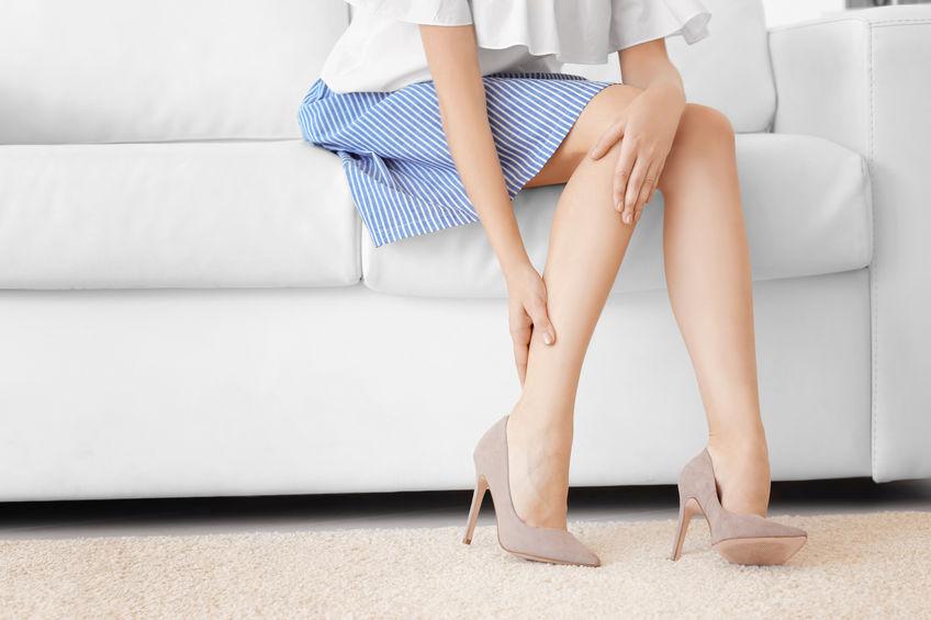 garota com dores nos pés