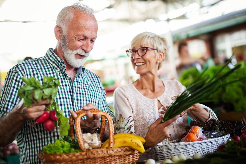 velho casal fazendo compras