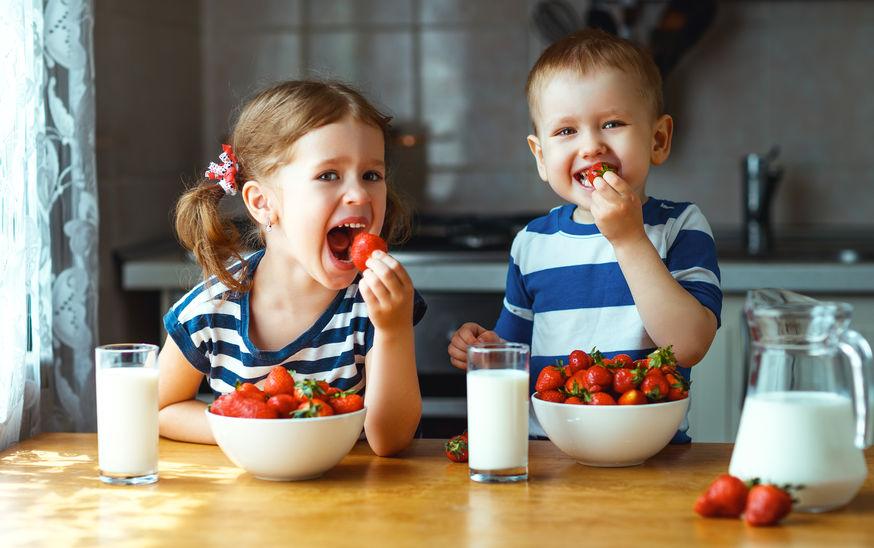 crianças comendo morangos