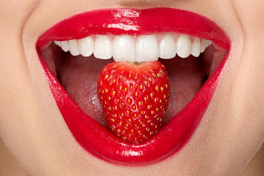 garota comendo morangos