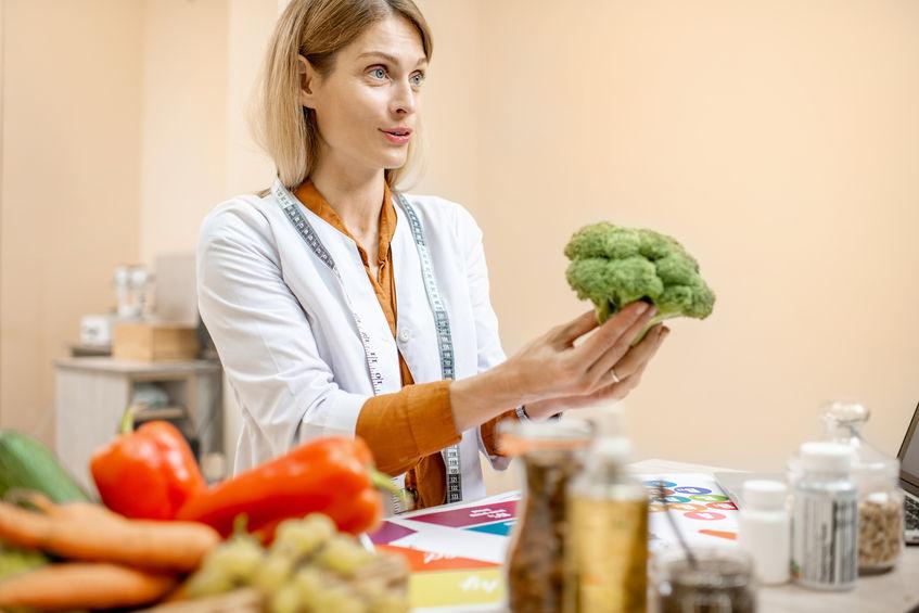 médica recomendando comida saudável