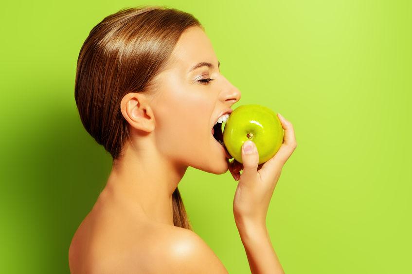 garota comendo frutas