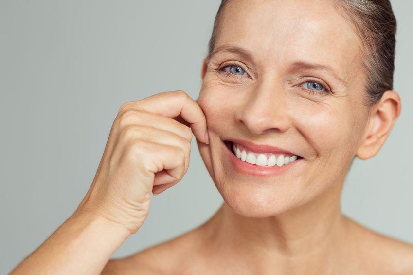mulher mais velha com pele perfeita