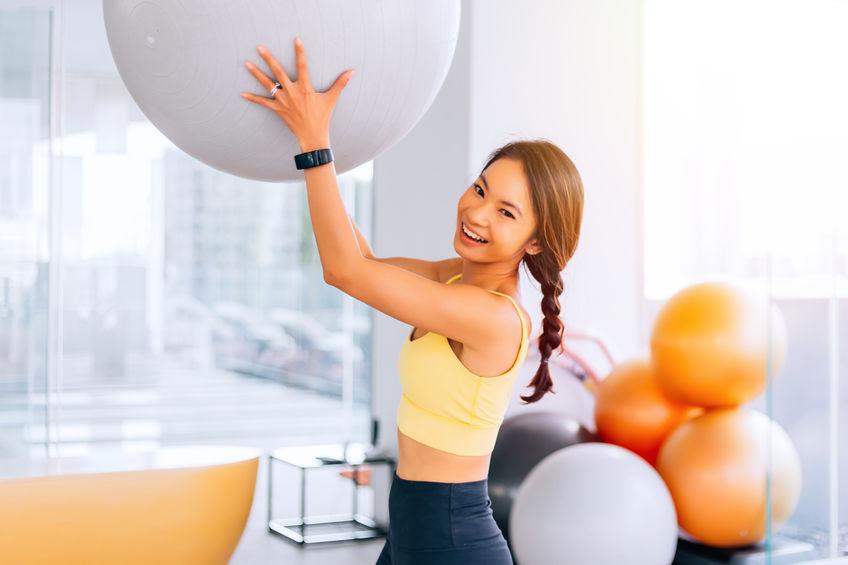 garota fazendo pilates