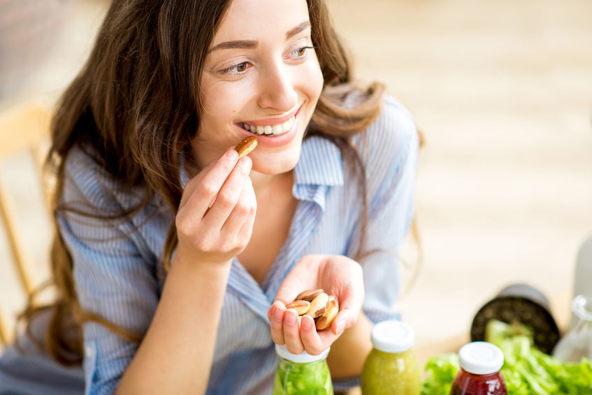 garota comendo sementes