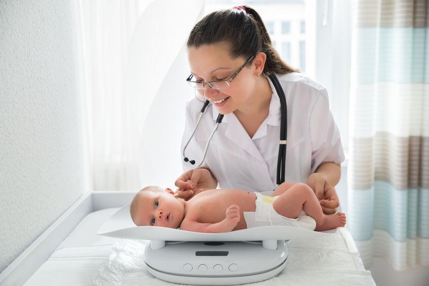 pediatra com bebê