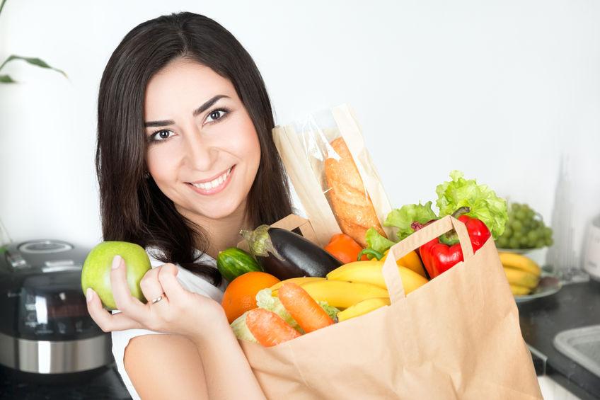 garota carregando comida saudável