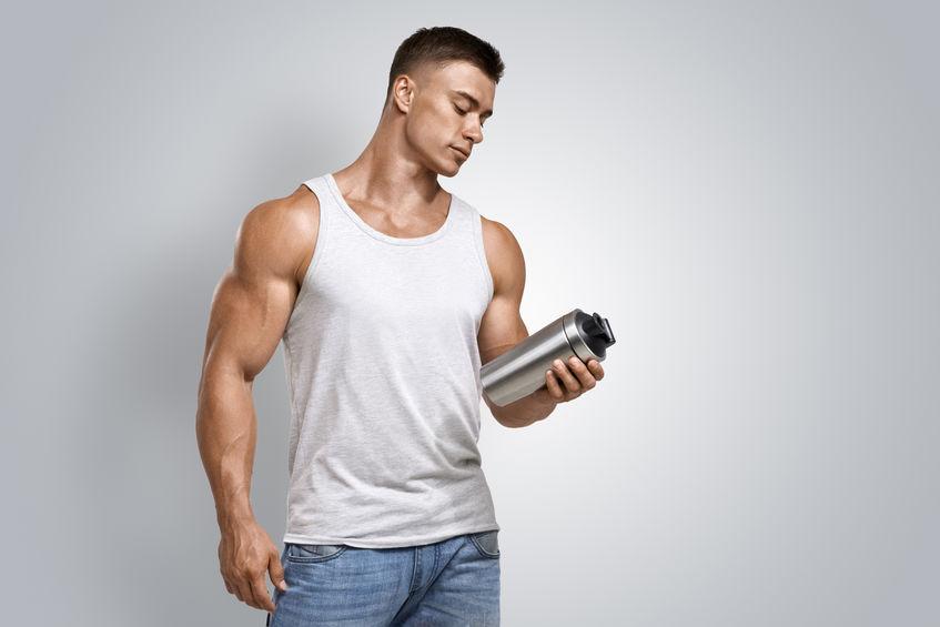 menino com seu shaker cheio de proteína