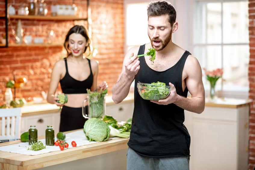 casal comendo saladas