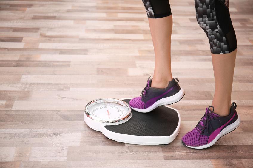 garota se pesando na balança