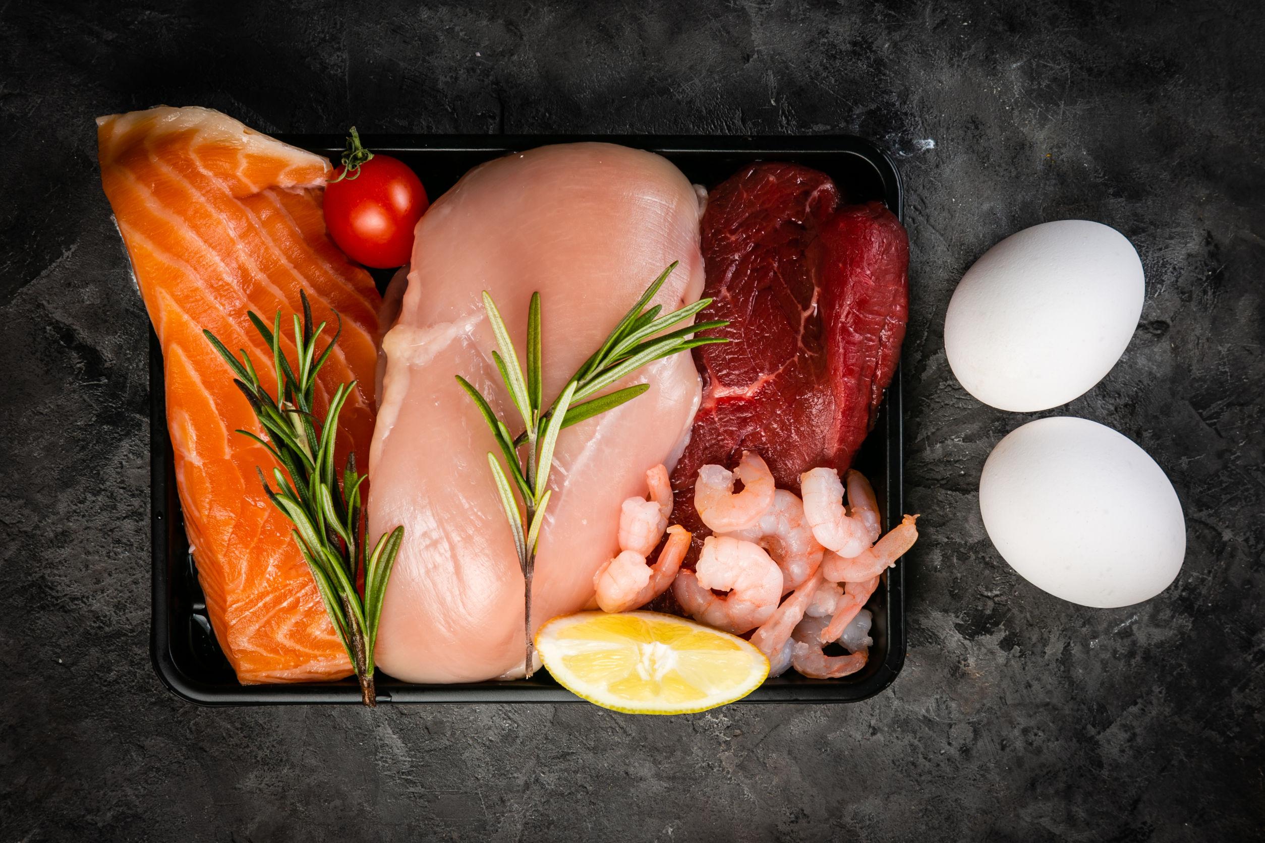 Salmão, frango, carne, camarão e ovos.
