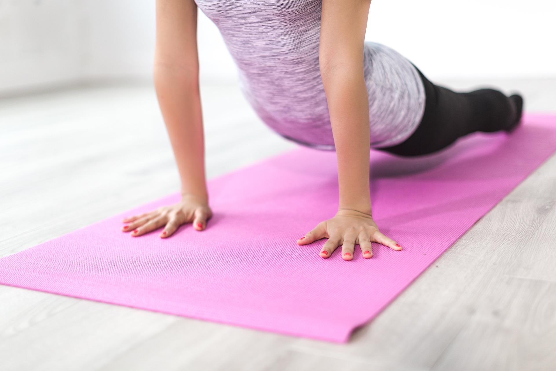 Imagem mostra uma pessoa se exercitando em sua casa.