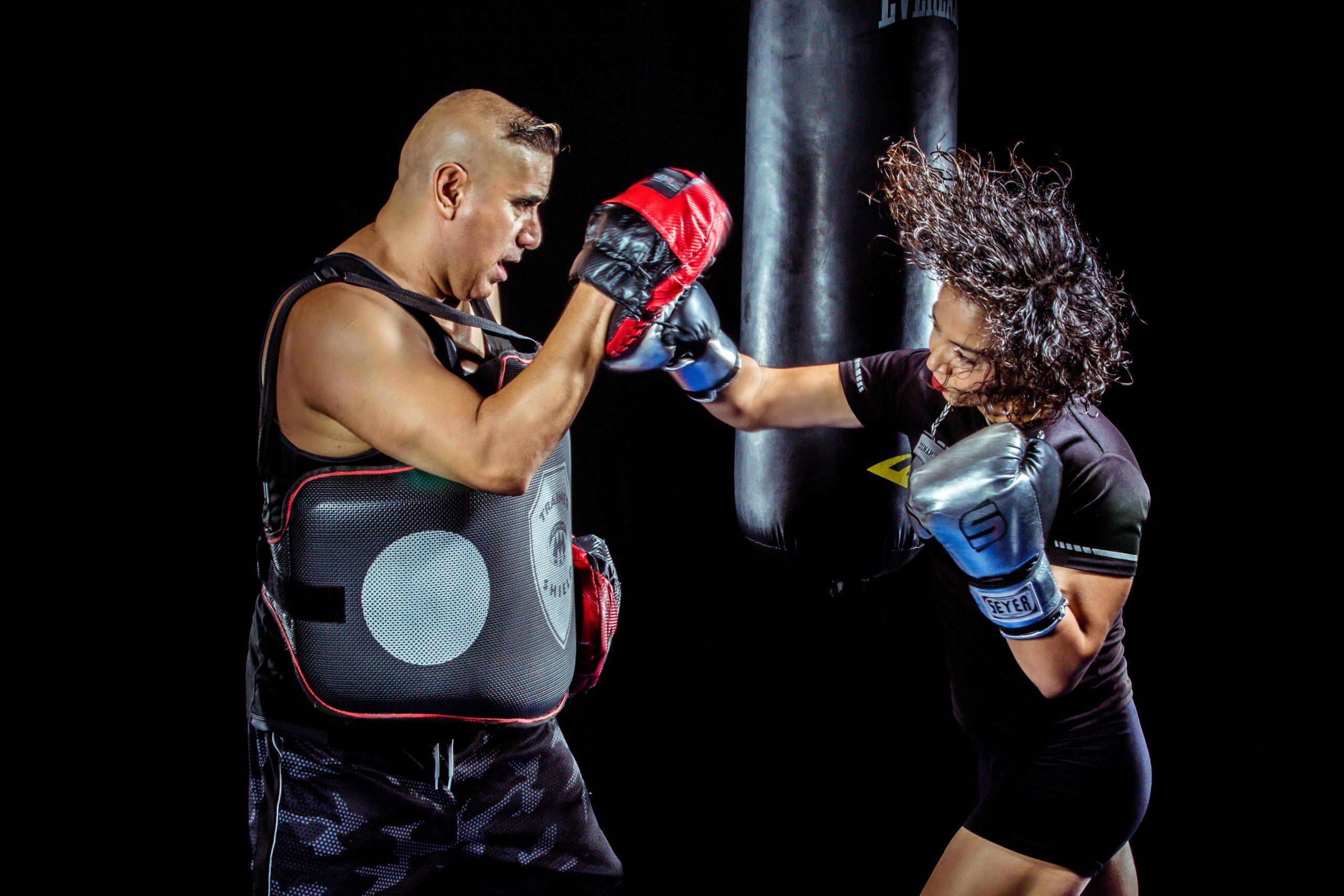 mulher lutando boxe, um dos melhores exercícios para perder barriga