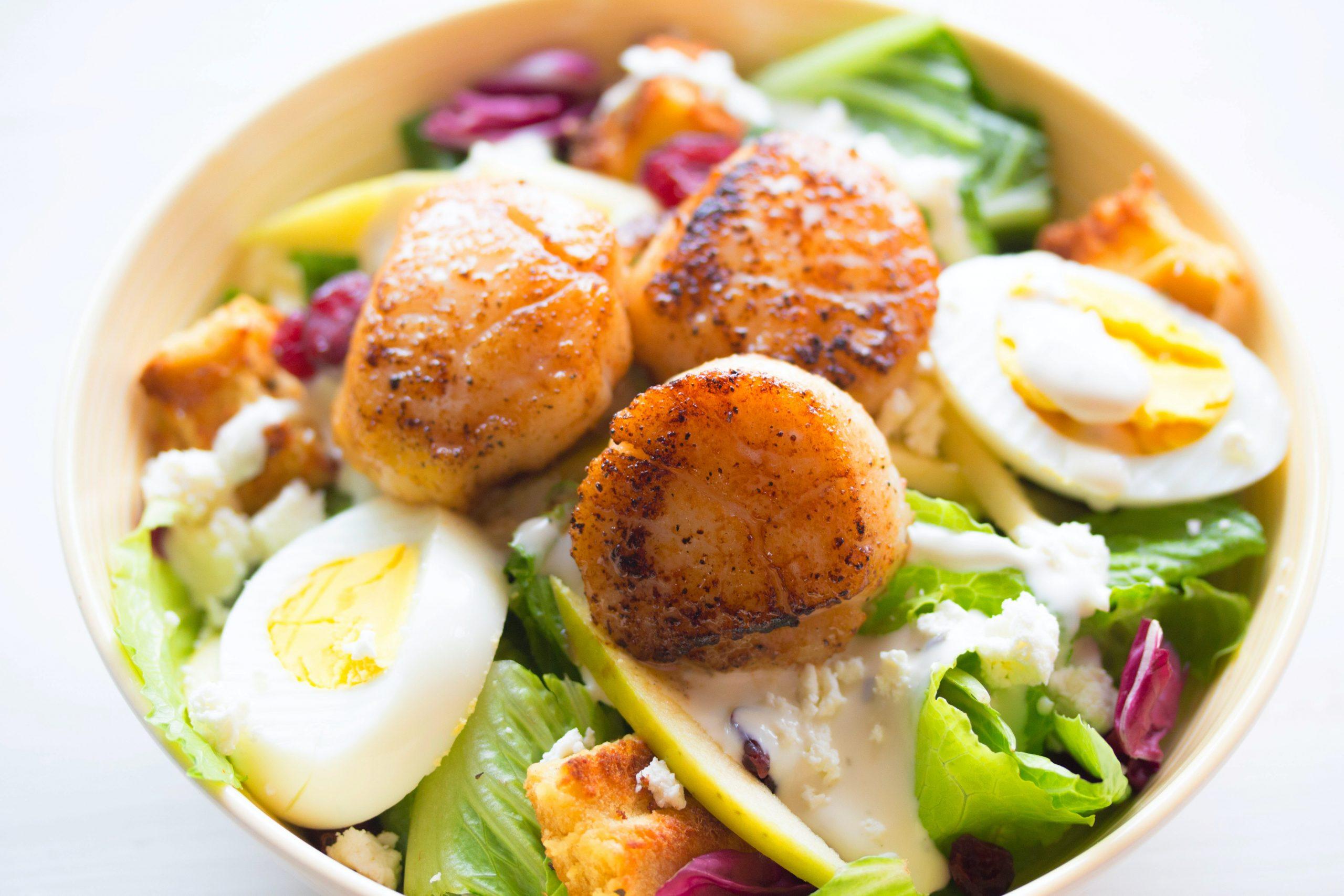 alimentos saudáveis em um prato para quem deseja emagrecer com jejum intermitente