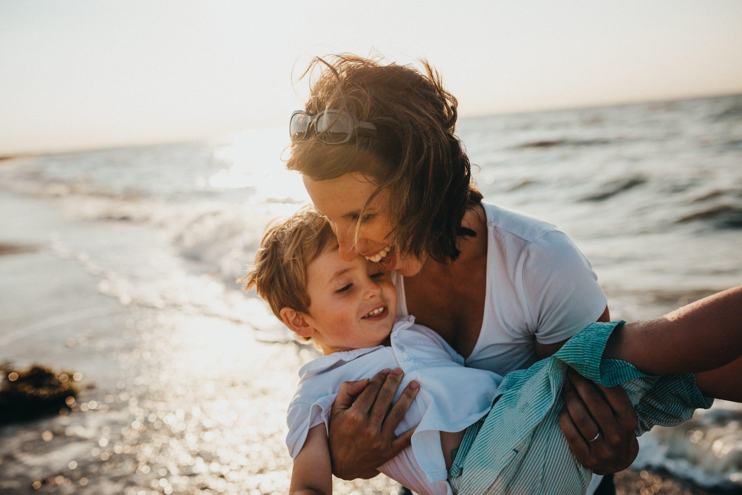 Imagem de uma mulher com o filho no colo.