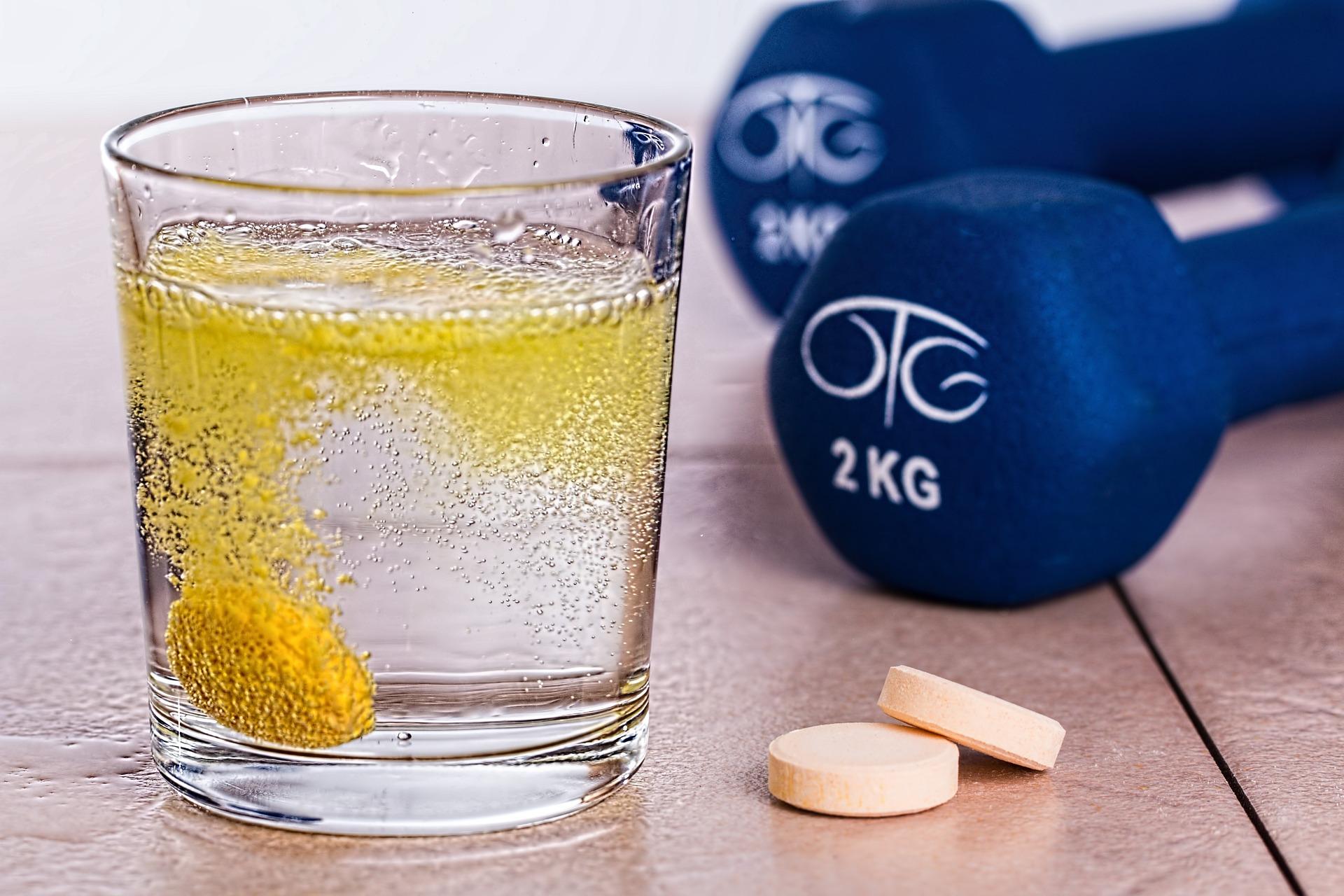 Imagem de um copo com água e uma pastilha efervescente.