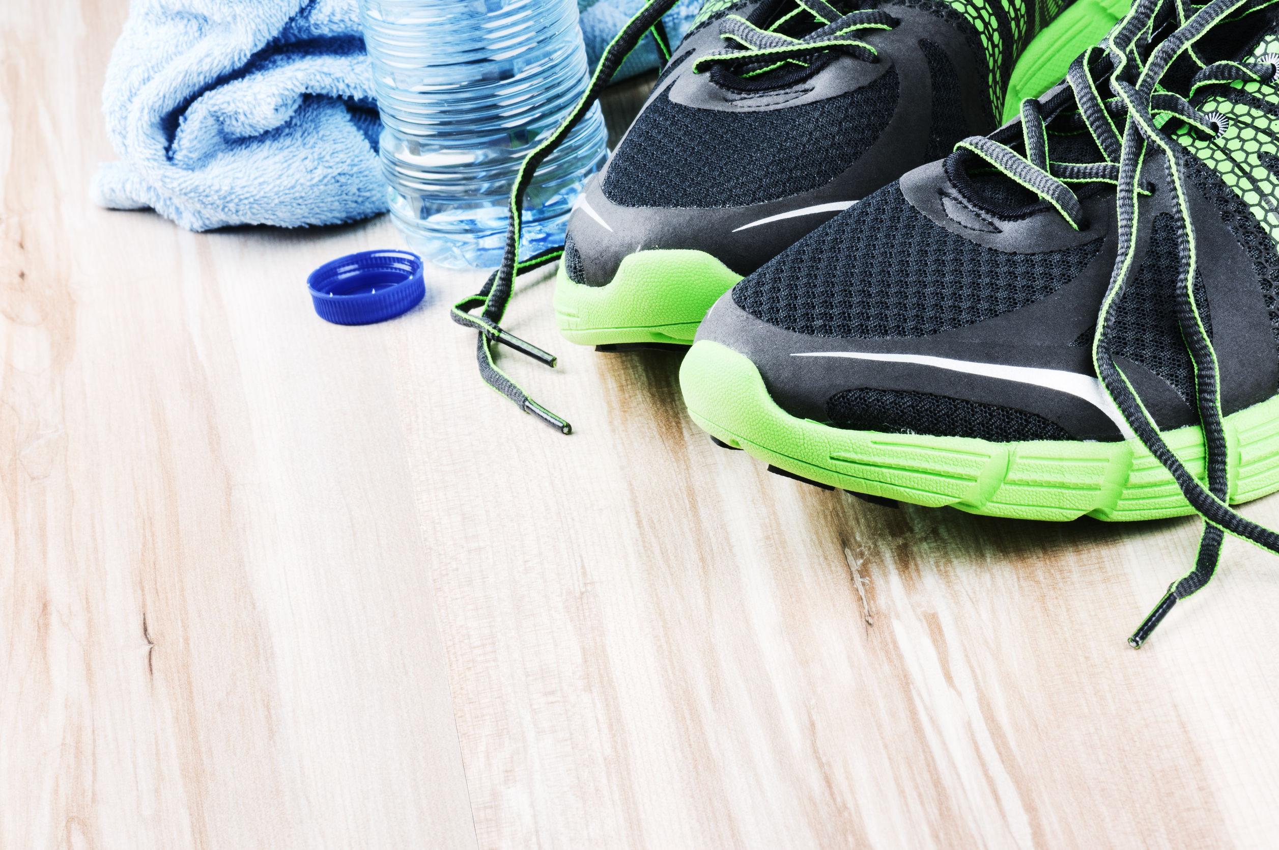 par de tênis e uma garrafa de água, itens necessários para o aeróbico em jejum