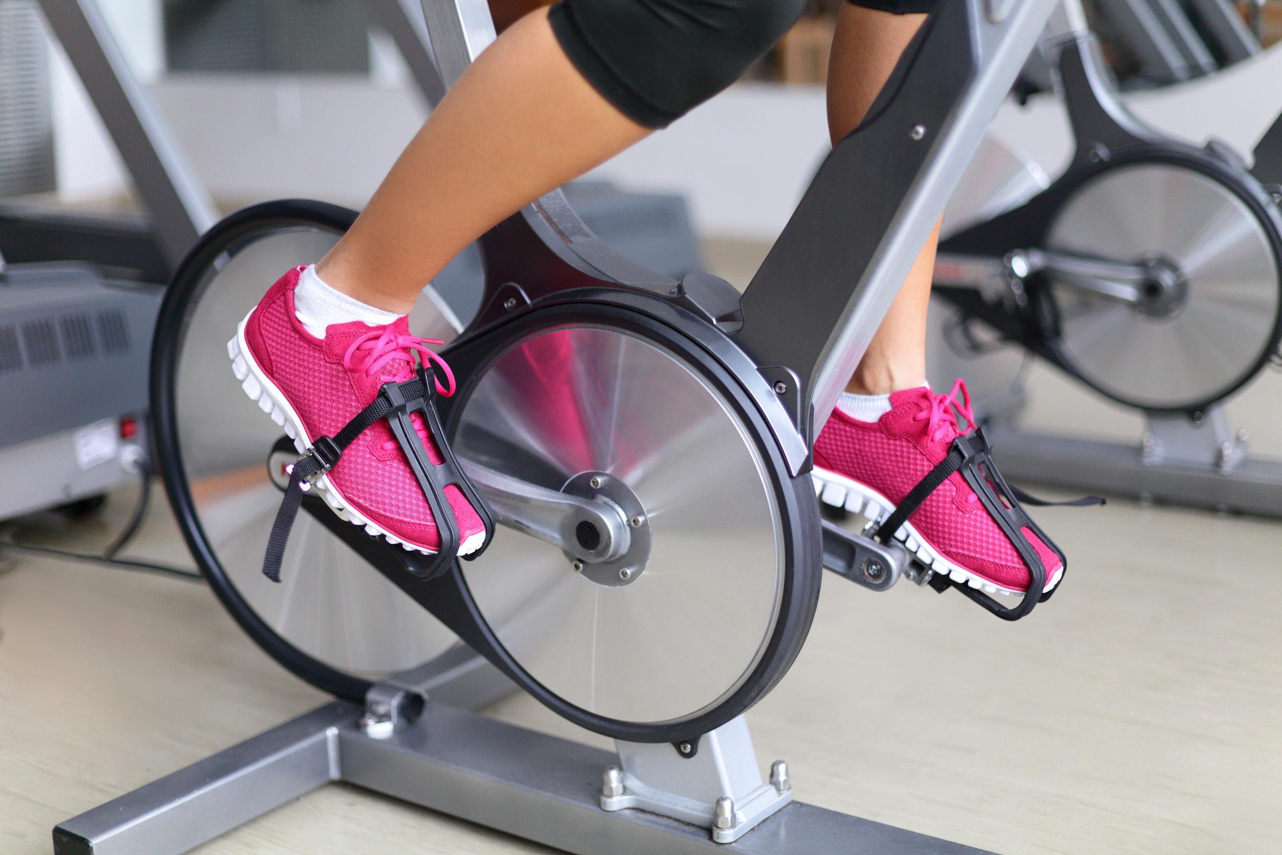pés femininos em bicicleta, praticando o aeróbico em jejum