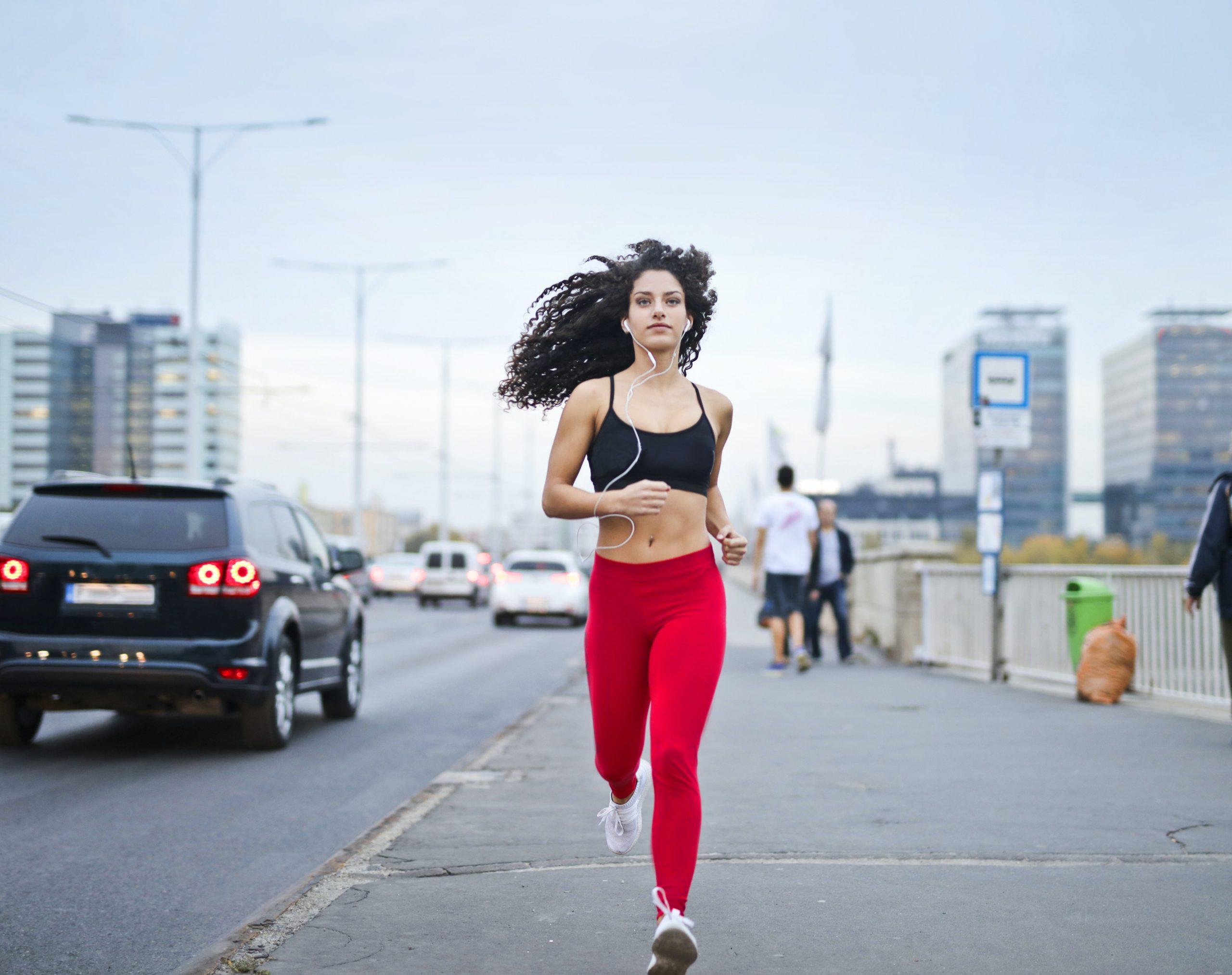 Mulher praticando exercício aeróbico