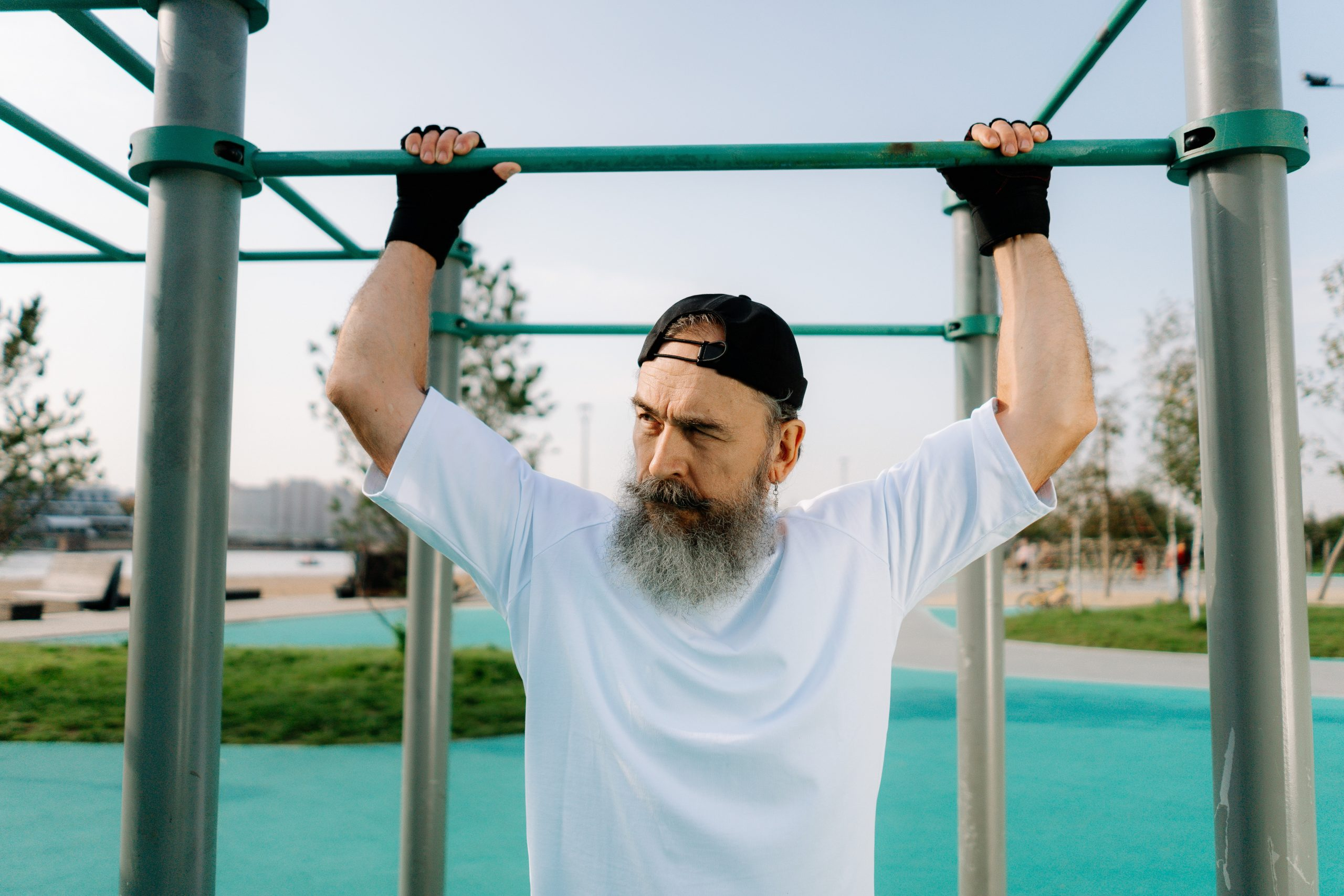 Imagem de um homem próximo a uma barra de exercícios.