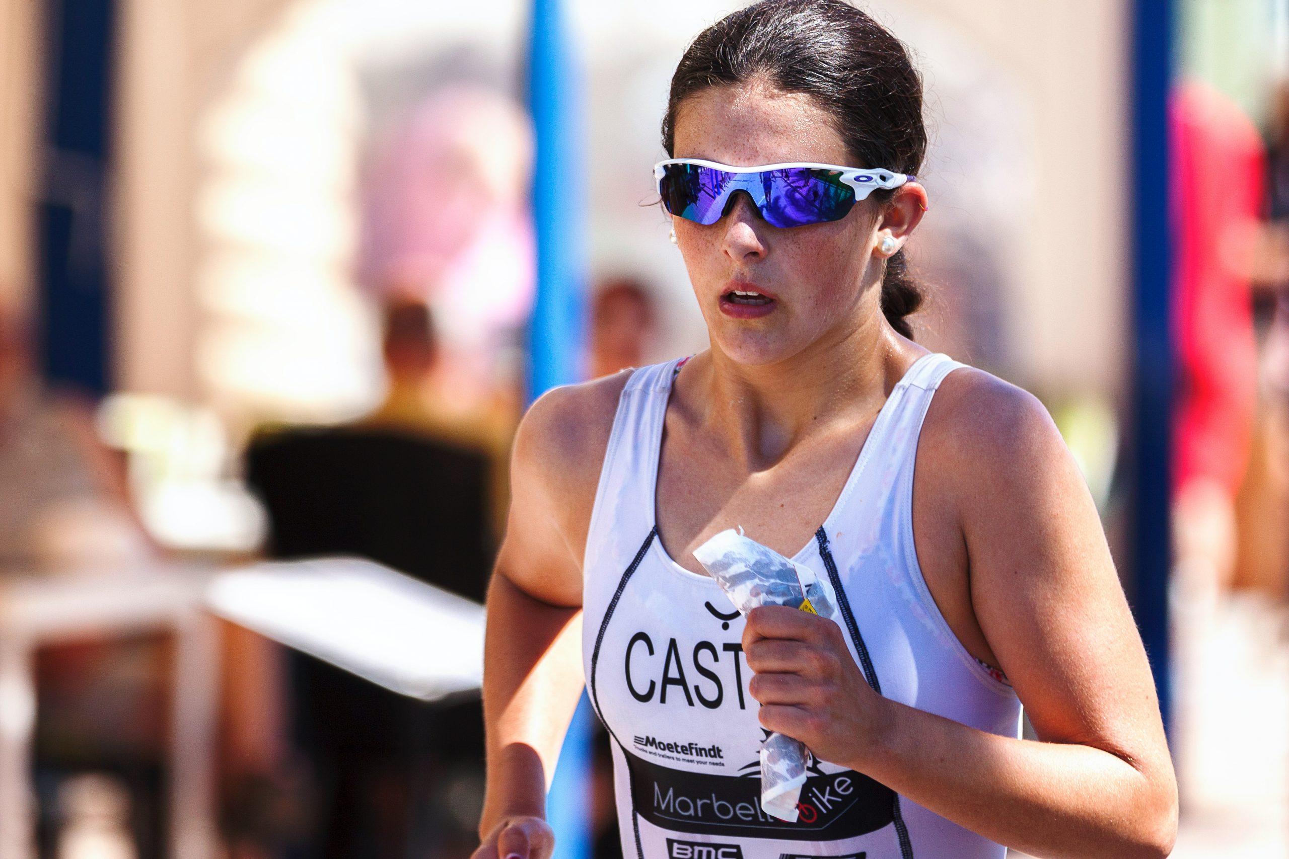 Imagem de uma mulher correndo uma maratona.