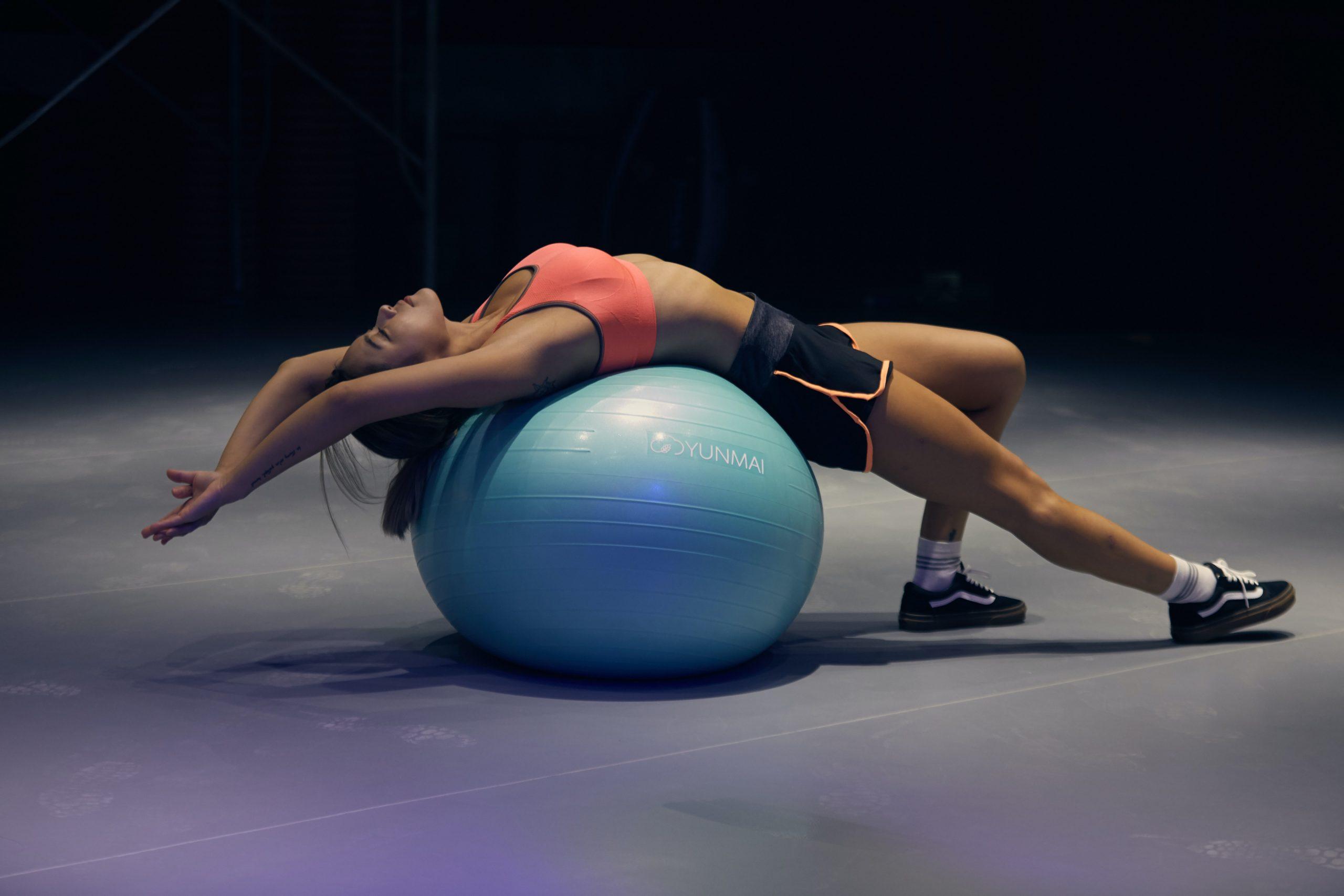 Imagem de uma mulher se exercitando.