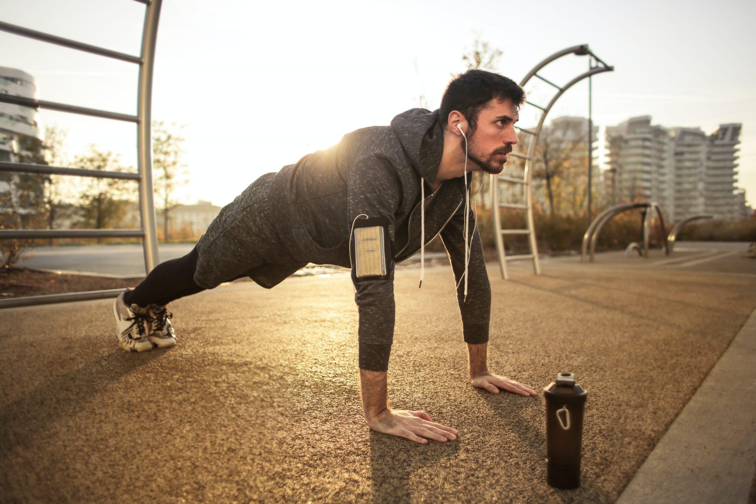 Imagem de um homem fazendo flexão de braço.