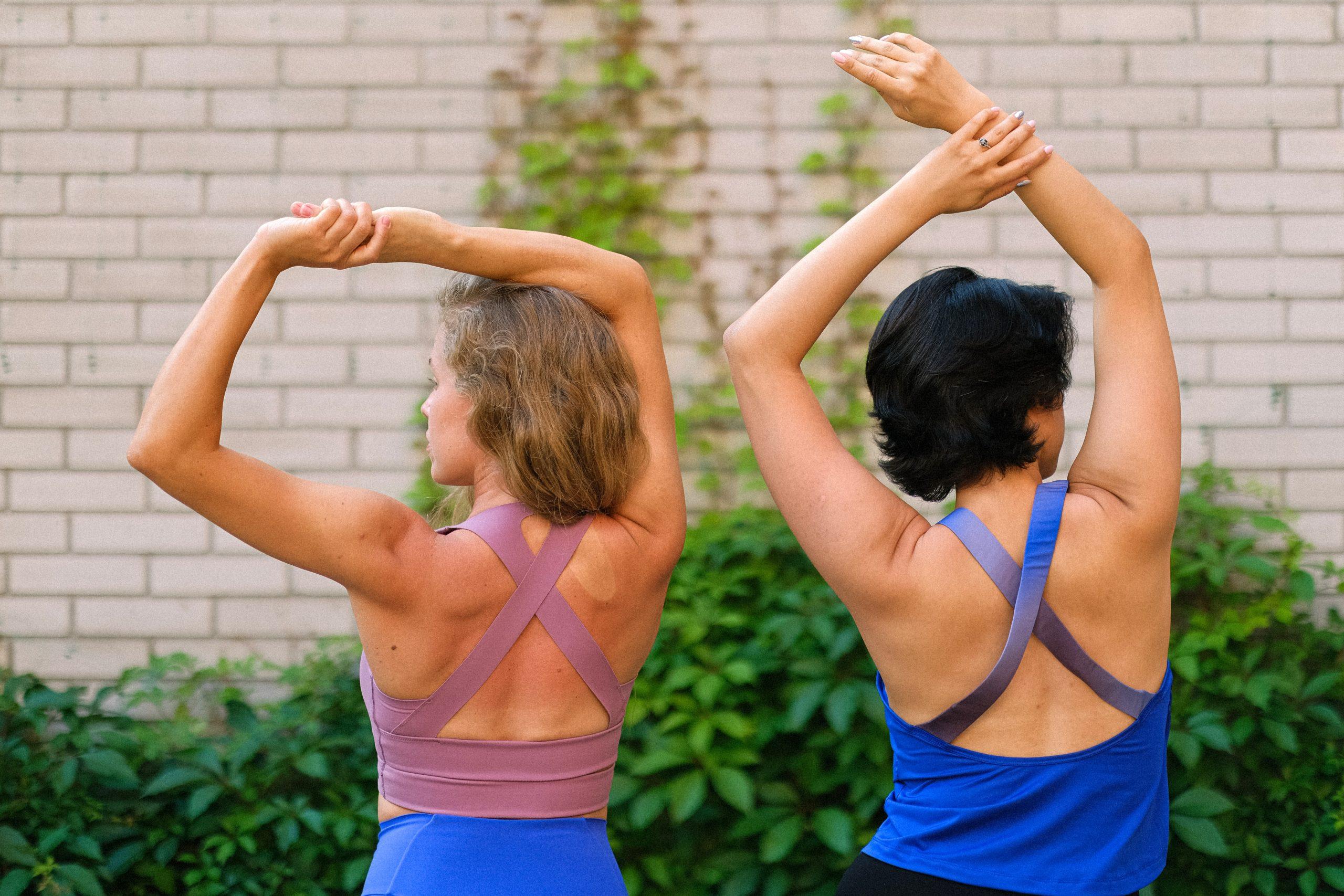 Imagem de duas mulheres de costas.