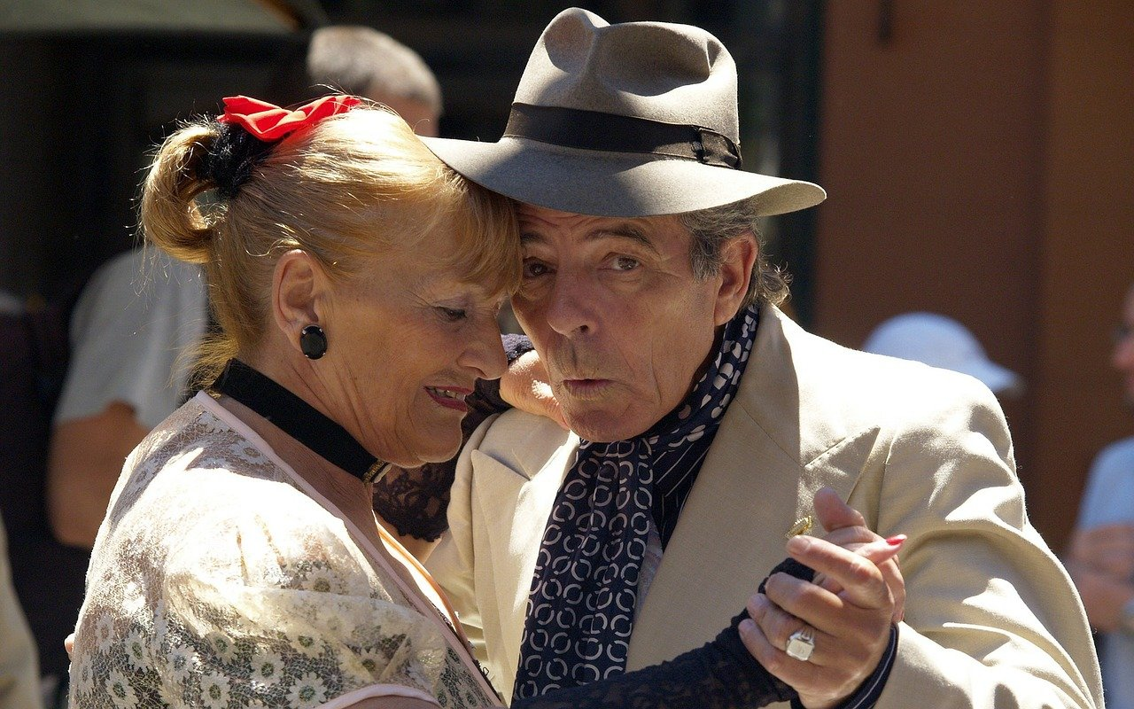 Casal de idosos dançando.