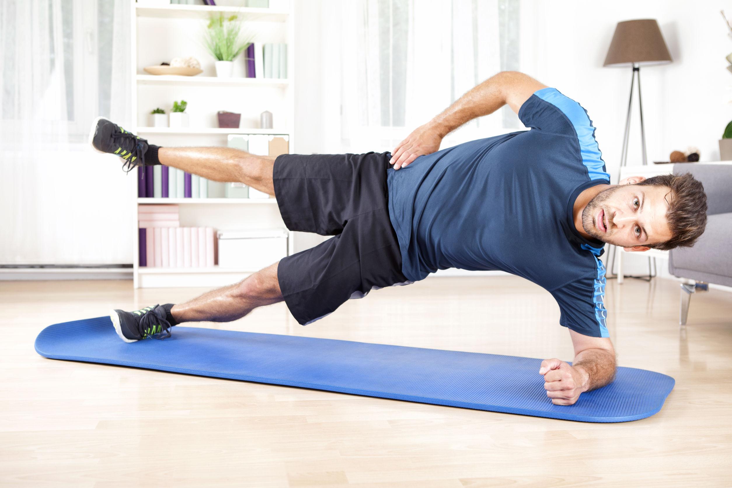 homem praticando exercícios para o quadril