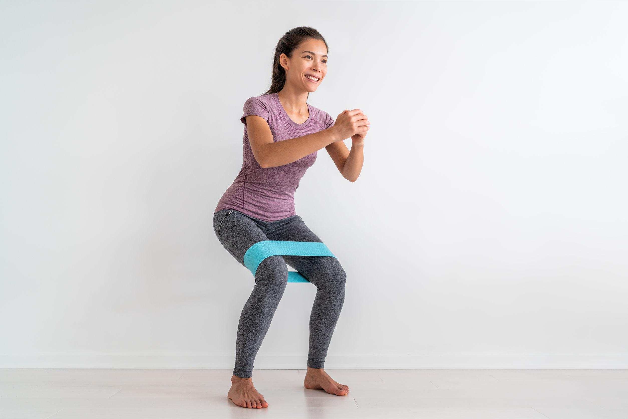 mulher praticando exercícios para o quadril com faixa elástica