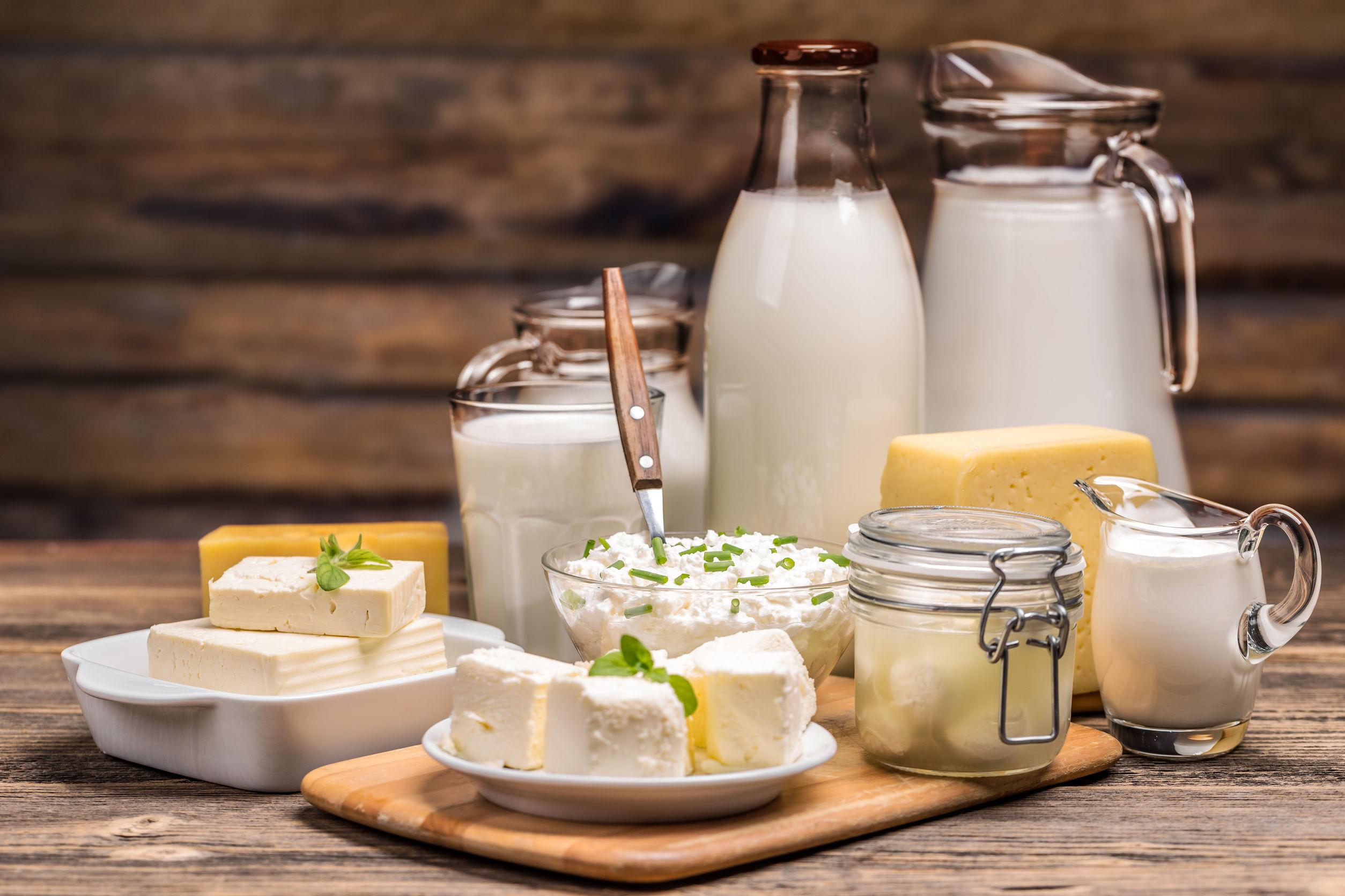 leite e derivados em uma bancada, alimentos que desencadeiam a intolerância à lactose, sintomas e reações.